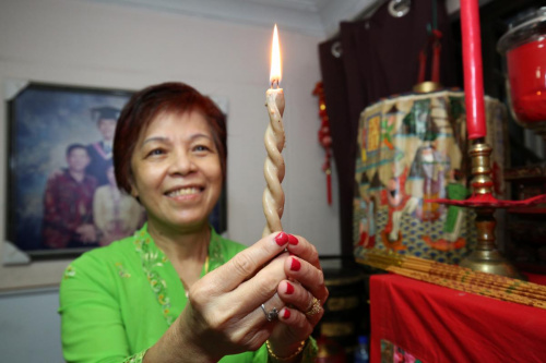 """这可是""""古董级""""的连体蜡烛,造型优美,象征夫妻同心、恩爱到白头。"""