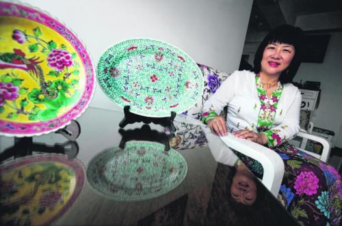 凤凰于蜚,和鸣锵锵。寓意夫妻恩爱和睦的凤凰图样,常被描绘在土生华人的器皿上。