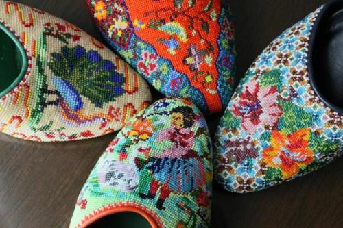 缝制一双复杂的珠鞋鞋面须要耗费无数精力及灵巧的手艺,方能制成一双独一无二的珠鞋。