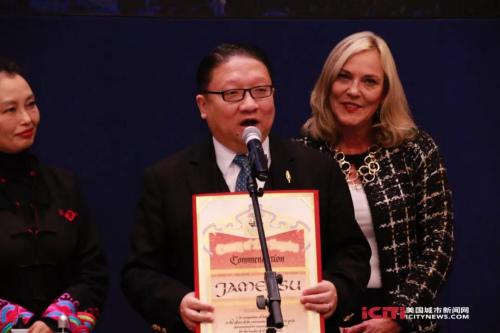 圖為中美電影節和中美電視節主席、美國鷹龍傳媒董事長蘇彥韜在致辭。(美國城市新聞網)