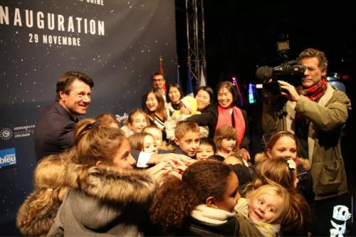 法国尼斯市长埃斯特罗西(Christian Estrosi)和小朋友们按下灯光按钮。(法国《欧洲时报》/黄冠杰 摄)