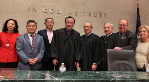 谭辉立(左四)当地时间3日宣誓就职成为纽约皇后区州高等法院法官。左一起为杨爱伦、顾雅明与刘醇逸,左五为伍元天。(美国《世界日报》 记者牟兰/摄)