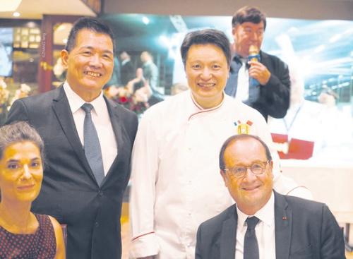 幸福楼主厨尹添强(后右)、楼面经理李兆隆(后左)与法国前总统奥朗德(前右)、巴黎市负责经贸的副市长Olivia Polski在一次活动上。(《欧洲时报》/孔帆 摄)