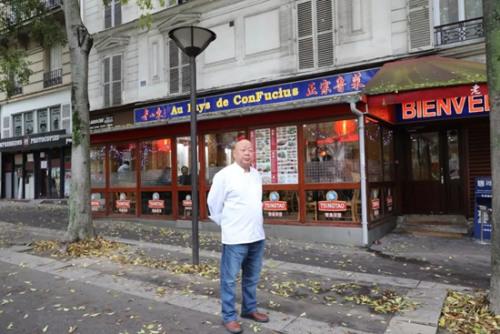 """""""老山东""""餐馆东主薛超青,不仅是这家巴黎知名餐厅的管理者和经营者,也是一位技艺高超的鲁菜厨师。(《欧洲时报》/孔帆 摄)"""