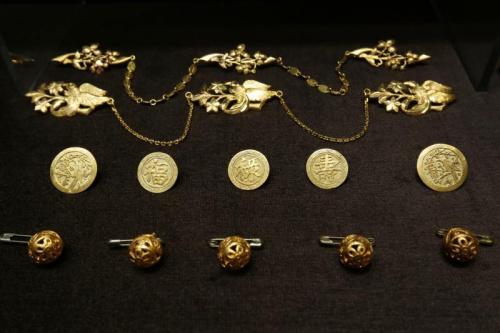 昔日土生华人使用的金纽扣。(新加坡《联合早报》/龙国雄 摄)