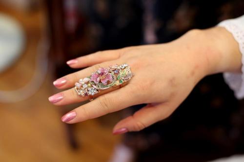 Asian Artistry Fine Jewellery的设计师在设计此戒指时,保留土生华人取材自然的元素,加入色彩鲜艳的宝石。(新加坡《联合早报》/龙国雄 摄)