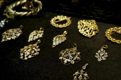 匠人把玫瑰式切割钻石镶嵌进金饰,满足了昔日土生华人想要首饰镀金又有钻石的需求。(新加坡《联合早报》/龙国雄 摄)
