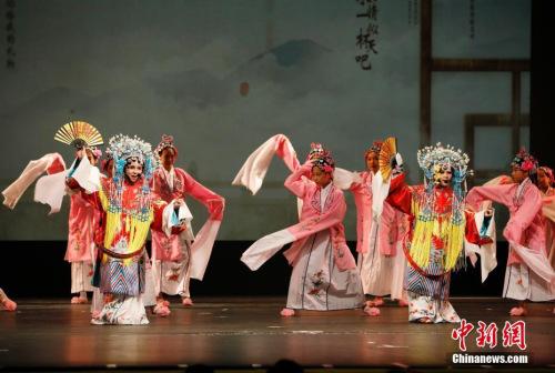 图为吉祥小姐妹在美国旧金山湾区的海沃德参加庆祝中华人民共和国成立70周年《中国之夜》大型国庆演出。 <a target='_blank' href='http://www.chinanews.com/'>中新社</a>记者 刘关关 摄