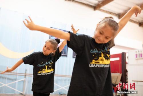 图为学习中国民族舞蹈的吉祥小姐妹。 <a target='_blank' href='http://www.chinanews.com/'>中新社</a>记者 刘关关 摄
