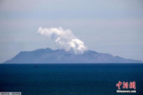 当地时间12月11日,远眺新西兰怀特岛,火山口依旧喷发浓烟。新西兰地质与核科学研究所11日就怀特岛火山喷发一事发布声明称,其在未来24小时有可能再次喷发。