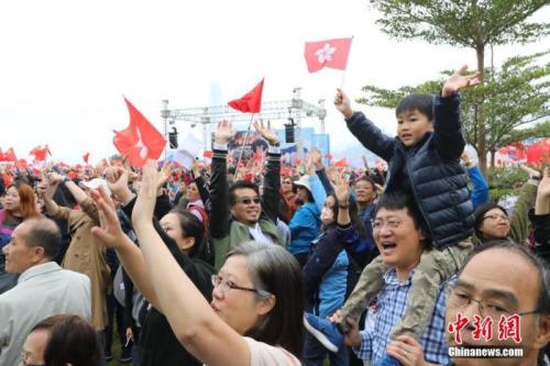 12月15日,香港小朋友高举香港特区区旗参加集会。当日,大批香港市民自发在香港添马公园发起控诉暴力集会,希望通过此次集会表达摒弃暴力、坚守法治的心声,强烈谴责示威者的暴力行为,并支持警察严正执法。<a target='_blank' href='http://www.chinanews.com/'>中新社</a>记者 谢光磊 摄
