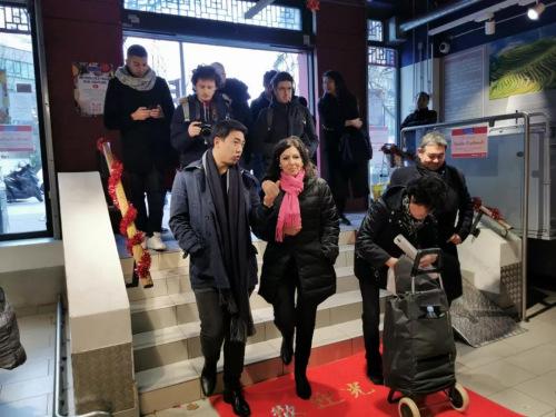 巴黎士多董事总经理郑嘉诚陪同伊达尔戈参观巴黎士多超市。(《欧洲时报》/靖树 摄)