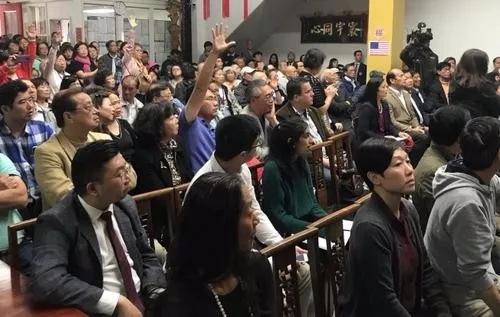 旧金山侨领遇袭案发生后,当地逾200名华裔到中华总会馆参加治安会议,要求改善华埠治安。(美国《世界日报》/李秀兰 摄)