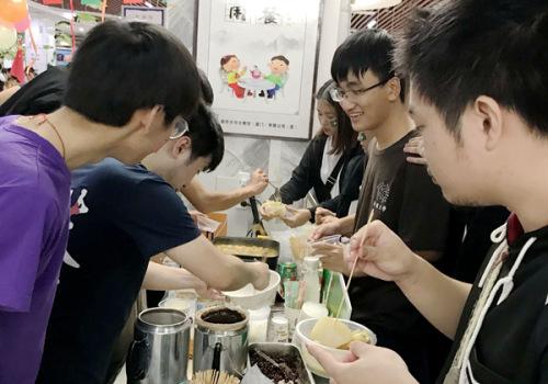境内外学子们品尝美食(图片来源:华侨大学网站)