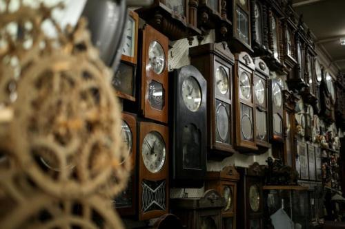 店里悬挂的古董钟都是还未修好的。这些时钟来自日德英美中等地的时区,封存着从1770到1960年代就停摆的时间。