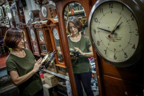 修好的时钟由母亲梁秋枫校对时间,每分每秒,她都在从旁照料这对父子。