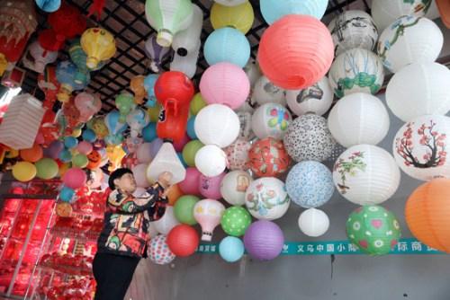 義烏國際商貿城內一家店鋪掛出類型多樣的燈籠吸引買主。(《歐洲時報》/李國慶 攝)