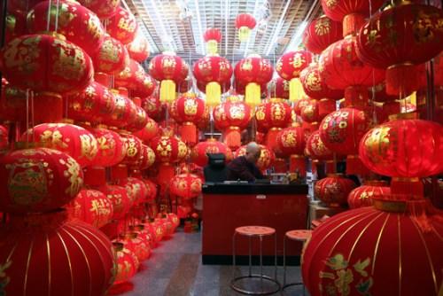 義烏國際商貿城內一家專售燈籠的店家正在營業。
