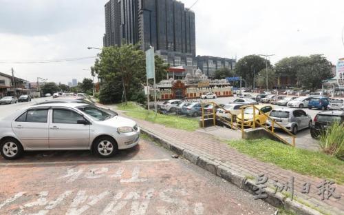 12路增设了约百个泊车位及行人道后,该路段业者的生意蒸蒸日上。