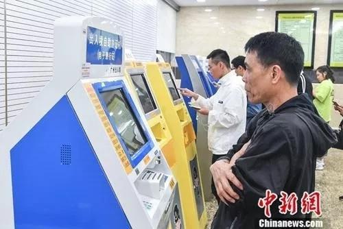 资料图:民众在广州市公安局出入境管理处办理出入境业务。<a target='_blank' href='http://www.chinanews.com/'>中新社</a>记者 陈骥旻 摄