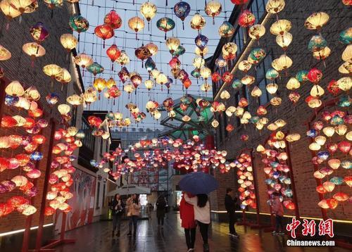 春节临近 各地彩灯绚烂年味浓