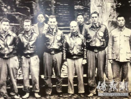 杜立特将军(右四)和飞虎队成员及中国军人一起合影。(美国《侨报》/高睿 摄)