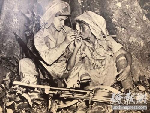 中美两国军人在战壕里相互点烟。(美国《侨报》/高睿 摄)