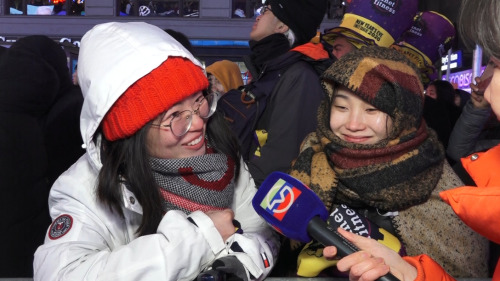 中國留學生Miya (右一)和Doreen 全副武裝。(美國中文網/樊天容 攝)
