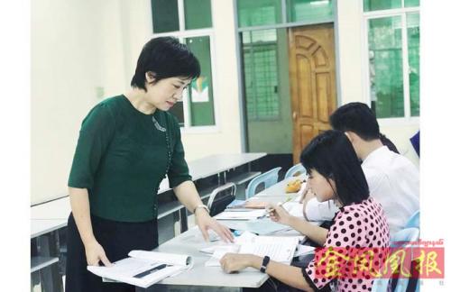 图为仰光外国语大学汉语系老师康泳。(缅甸《金凤凰中文报》)