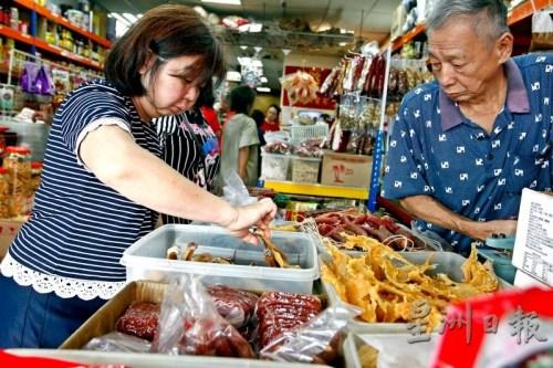 吉隆坡茨厂街年货市场生意冷清 民众减量购买年货
