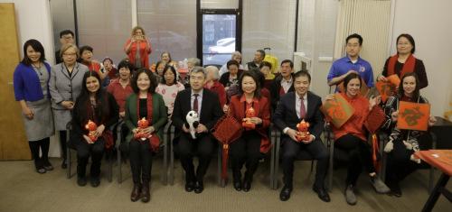 黄于纹(前排左四)感谢总领馆一行在春节前夕送祝福。