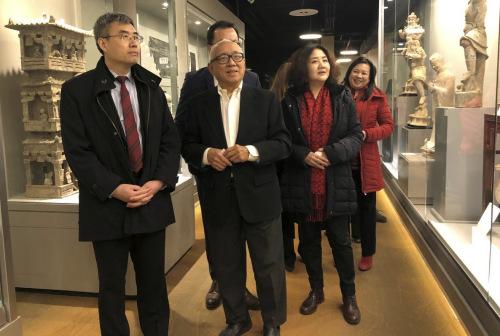 梅英明介绍博物馆藏品。