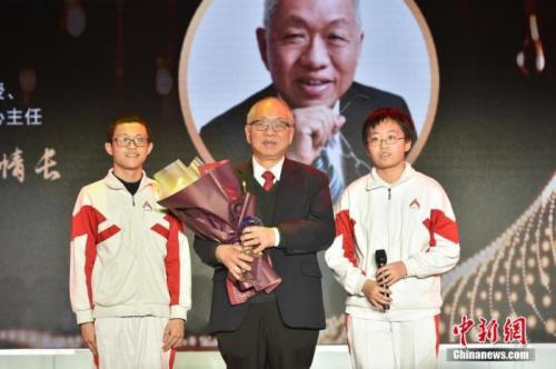 中国人民大学附属中学的两位同学为丘成桐献上奖杯,致敬杰出的华人数学家。<a target='_blank' href='http://www.chinanews.com/'>中新社</a>记者 翟璐 摄
