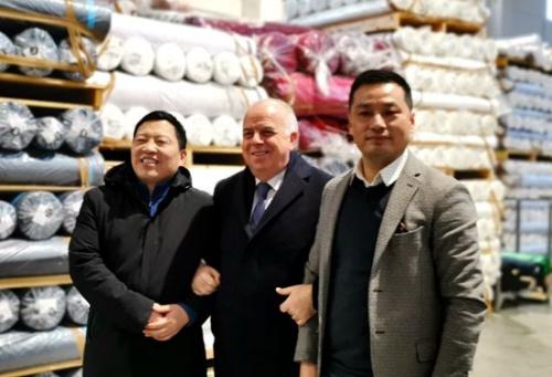 意总理府部长会议主席卡普里亚参观百佳纺织品仓库。(y意大利欧联社/博源 摄)