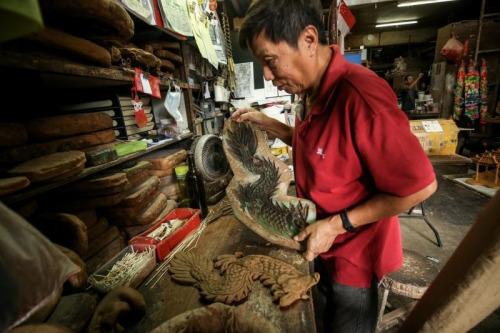用自制模具印制出顾客要求的造型,如常见的双龙。