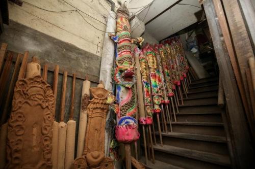 郑源兴香庄现在制作的大香最高约六英尺,但工厂内还收着一根10英尺的巨型龙香(前)。