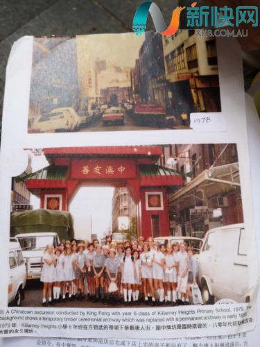 方劲武展示唐人街早期图片(新快传媒记者摄)