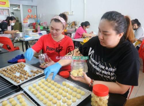 35种传统及新口味的年饼,让消费者选择。开心娱乐_[官网入口](马来西亚《中国报》/辛慧萍 摄)