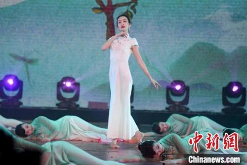 演员王鸥登台演绎旗袍舞蹈秀《茉莉花》。 杨华峰 摄