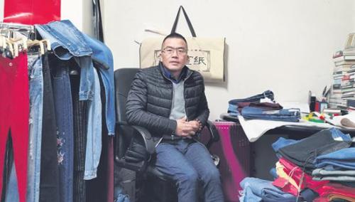 张常豹等待在他的批发店里。(《欧洲时报》/黄冠杰 摄)
