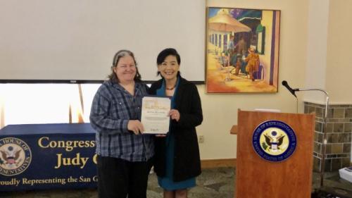 联邦众议员赵美心(右)为阿罕布拉高中教师Jennie Malonek颁发表彰证书。(记者王若然/摄影)