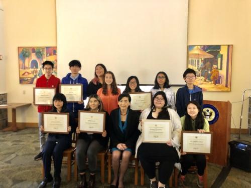 获奖学生与赵美心合影。(记者王若然/摄影)