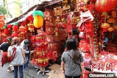 图为顾客在选购春节喜庆装饰品。 林永传 摄