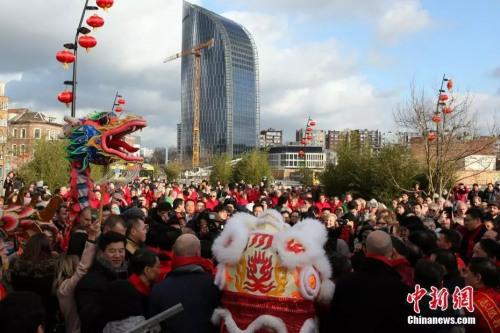 比利时华侨华人集结比南部最大城市列日,欢庆新春,热闹过年。中新社记者 德永健 摄