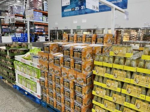 美国连锁超市中售卖年节礼盒。(美国《世界日报》/李荣 摄)