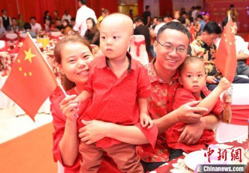 图为来自天津的一家四口参加晚会。 林永传 摄