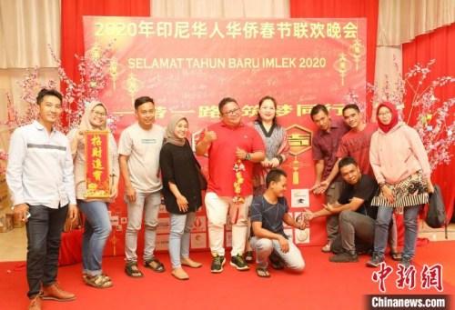 图为许多非华裔印尼人热情参加晚会。 林永传 摄