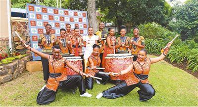 """1月24日,在南非约翰内斯堡大学孔子学院举办的""""2020新春庆典""""活动上,南非南华寺天龙队表演团带来了舞蹈《中国鼓》。   本报记者 李滢嫣摄"""