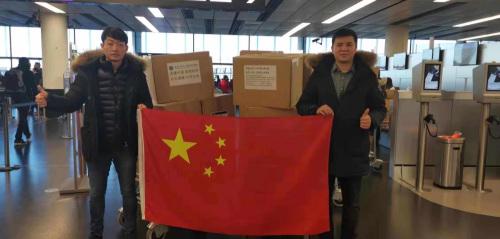 2月1日,斯洛伐克华人青年联合商会会长周彦君(左)亲自将捐赠的防疫物资送到奥地利维也纳机场,交由海航航班送至抗击疫情一线。(《欧洲时报》)