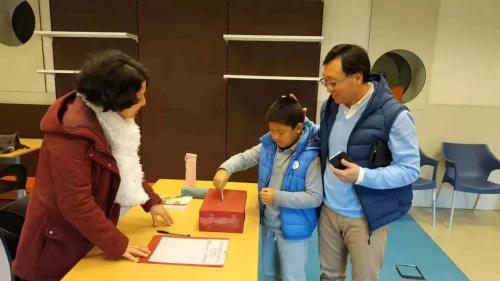 家�L�c孩子一起在�W校捐�(中���A文教育基金�� 供�D)
